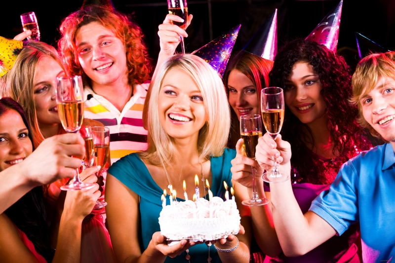 Друзья празднуют день рождения в караоке