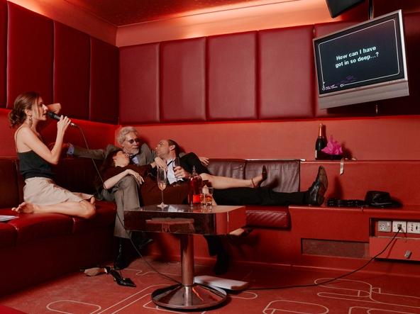 Компания расслабляется в отдельной комнате одного из караоке-клубов