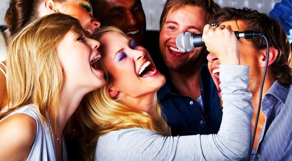 Друзья отдыхают дёшево в караоке-клубе Москвы