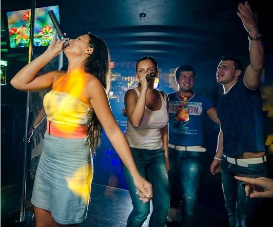 Девочки зажигают в караоке-кафе в Москве