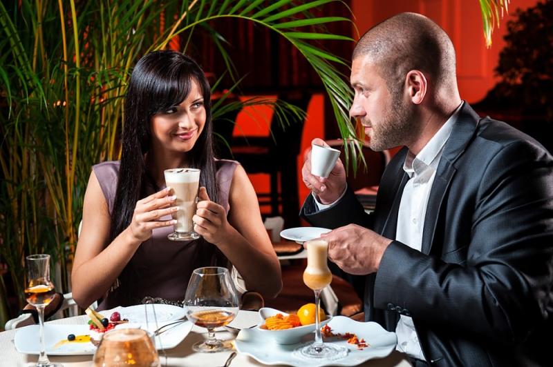 Пара отдыхает в одном из новых ресторанов Москвы (2013-2014 гг.)