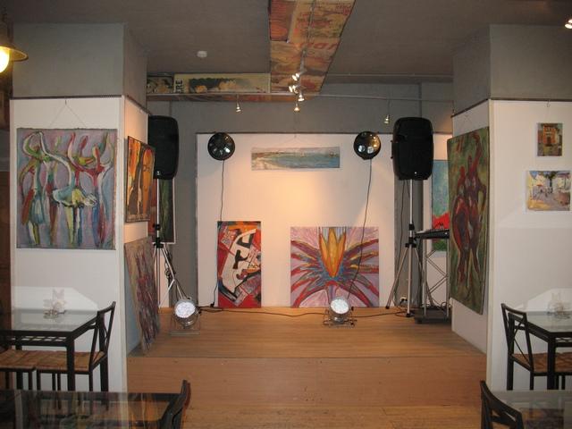 Интерьер арт-кафе, в котором проводится выставка картин