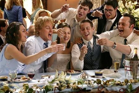 Гости счастливы, что арендовали именнно этот банкетный зал для свадьбы (ладно, я просто люблю этот фильм...)
