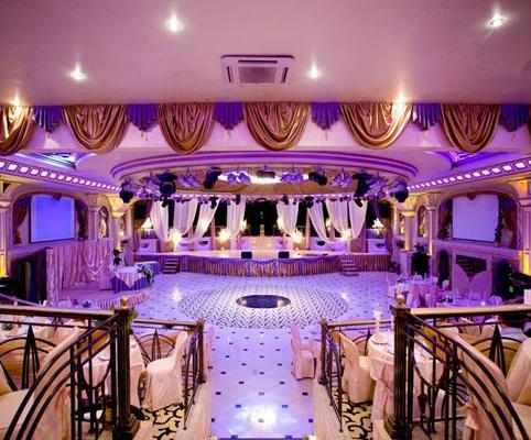 Роскошный зал для проведения свадеб в одном из заведений Москвы.