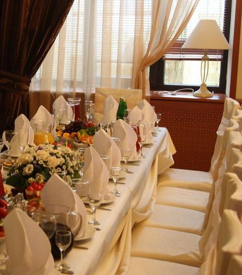 В этом кафе для свадьбы в Москве можно провести её недорого.