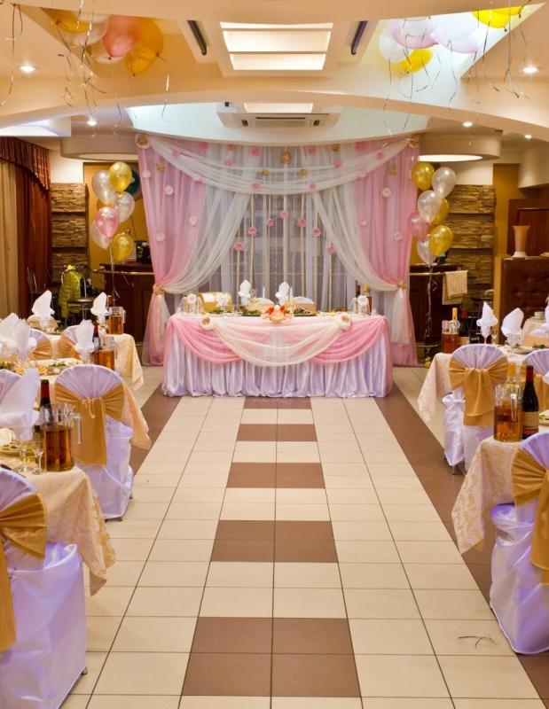 Интерьер ресторана, оформленный для проведения свадьбы.