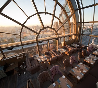 Интерьер панорамного ресторана White Rabbit