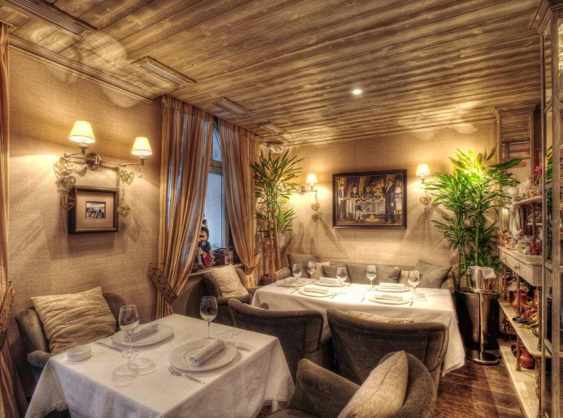 Интерьер ресторана Эларджи, забронировать стол онлайн в котором легко через GdeBar.ru