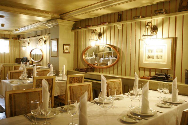 Делайте заказ стола в ресторане «Обломов» онлайн, если хотите узнать, какой вкус имеет перепёлка, обжаренная с виноградом и уложенная на тыквенном пюре