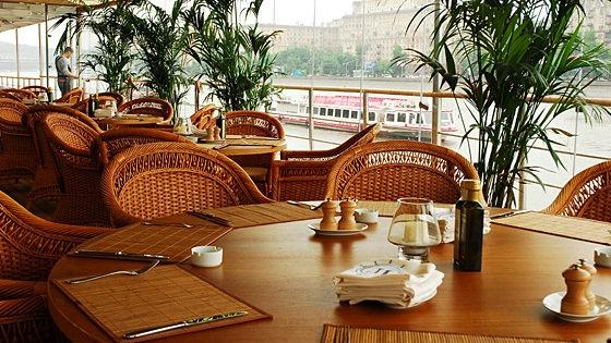 Бронирование столика в ресторане Ласточка обязательно, если вы желаете в полной мере насладиться отдыхом на веранде на свежем воздухе.