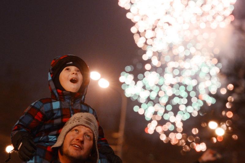 Новогодняя ночь в Москве — это что-то фееричное, завораживающее, пронизанное звуками салюта и его вспышками в тёмном небе.
