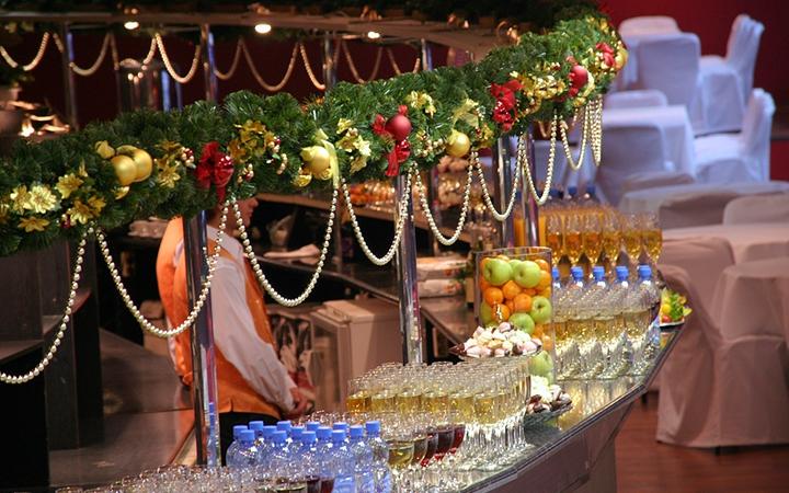 Забронировать стол на Новый год — отличная идея. Но где? Ответ - на GdeBar.ru!